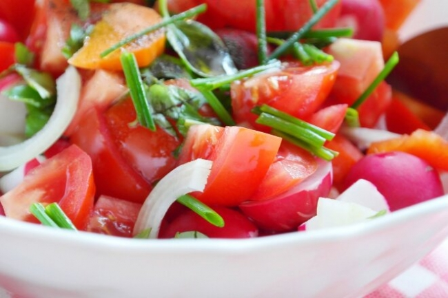 Салат с редисом, морковью и помидорами