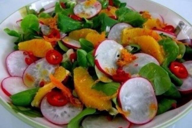 Салат из апельсинов и редиски с перцем чили