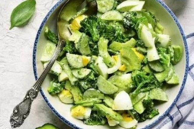 Свежий зеленый салат с авокадо и огурцами
