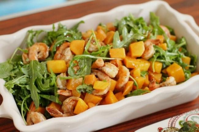 Салат с креветками, тыквой и рукколой