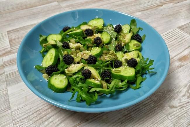 Овощной салат с рукколой и ежевикой