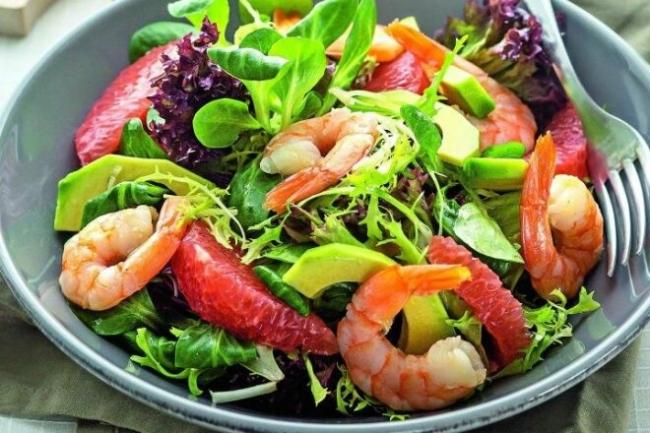 Салат с грейпфрутом, рукколой и креветками