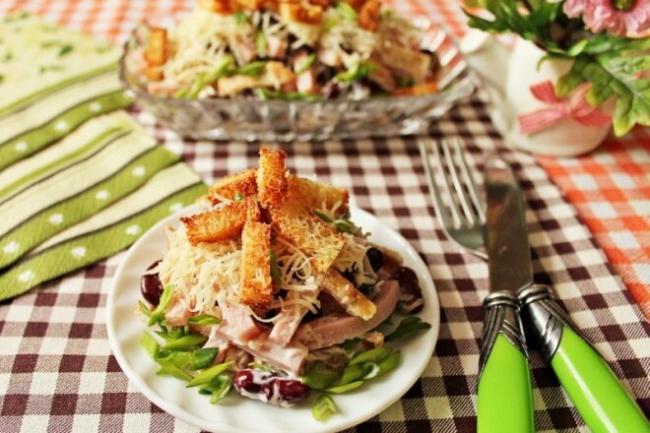 Слоеный салат с копченой колбасой и кириешками