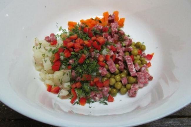 Украинский салат «Буковина» с копченой колбасой и перцем
